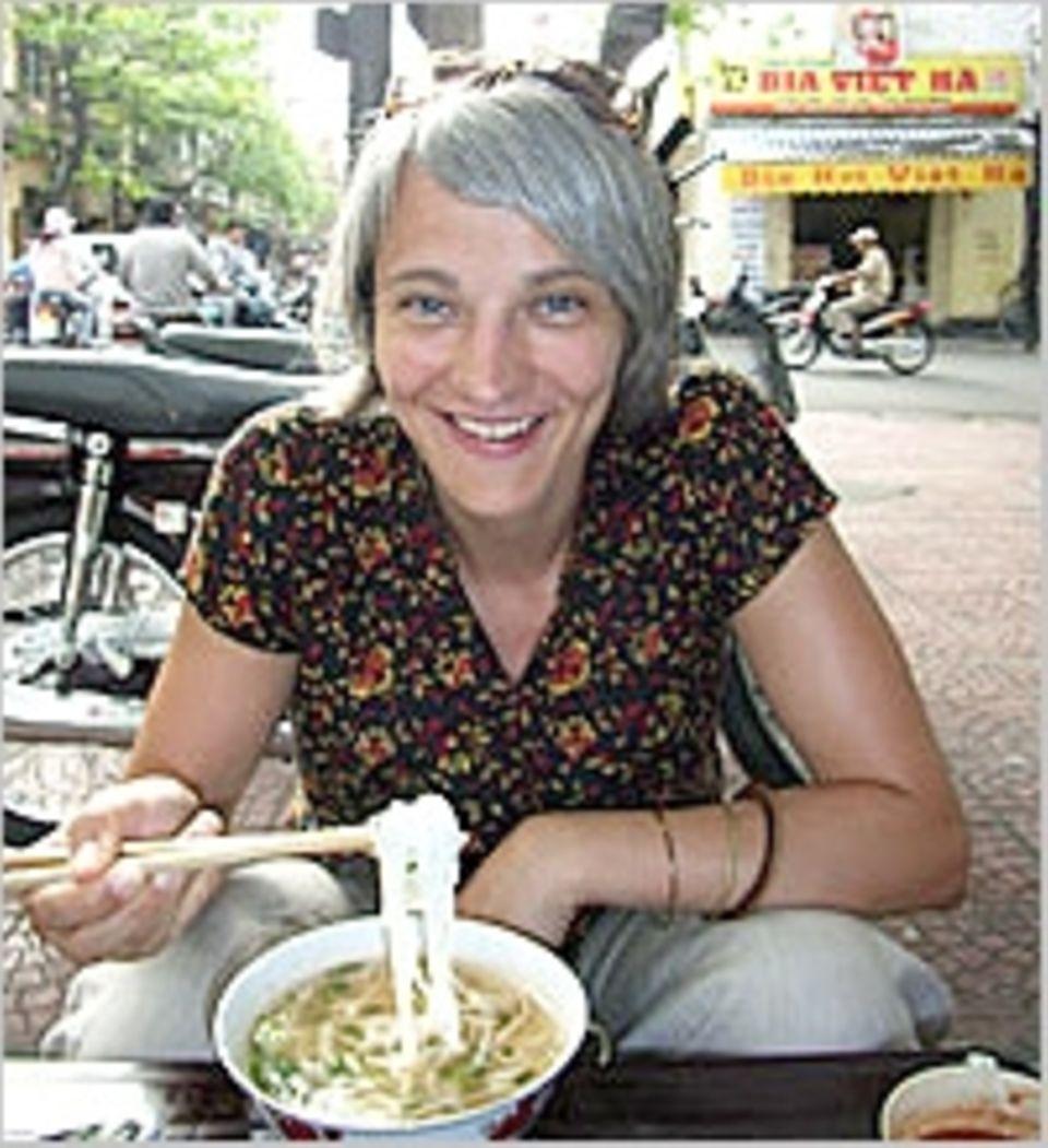 GEO.de-Redakteurin Bianca Gerlach mit landestypischer Speise: der Nudelsuppe Pho