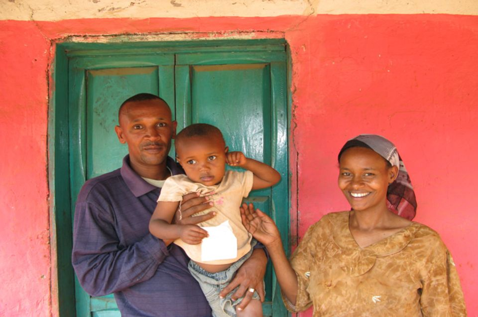 Äthiopien: Auch Eshetu Birhanu und seine Frau Zemed Haile pflücken Kaffeekirschen im Regenwald bei Bonga