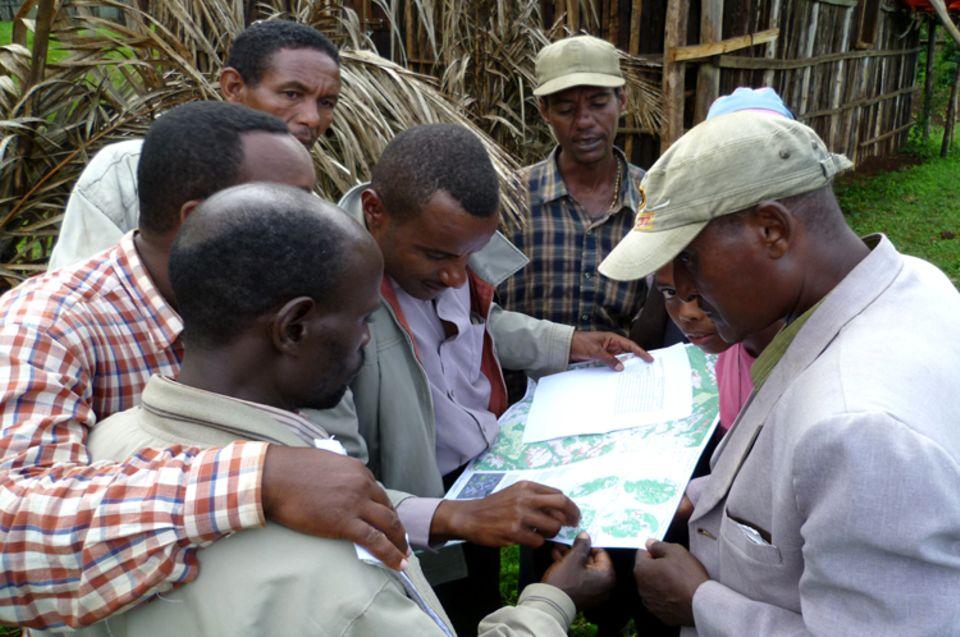 Die Karte zur Analyse der Waldentwicklung in Kaffa erweckt großes Interesse bei den Waldnutzern