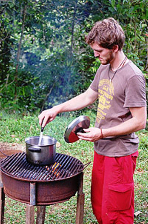 Luxusmahl: Auf einem improvisierten Grill aus einer alten Autofelge köchelte Matthias Maier manchmal Reis mit Bohnen (das Nationalfrühstück in Costa Rica, genannt Gallo Pinto).