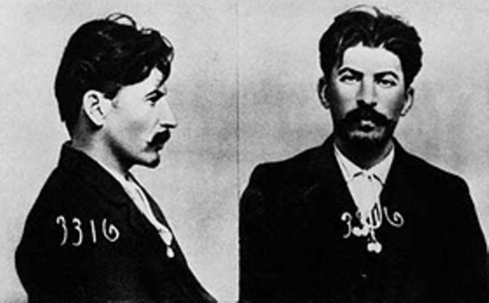 Stalin: Zwar wird Iossif Dschugaschwili mehrmals verhaftet, so 1919 in Baku, wo die Polizei diese Registerkarte über ihn anlegt. Doch man verurteilt ihn stets nur für politsche Delikte - niemals wegen seiner zahlreichen Gewalttaten