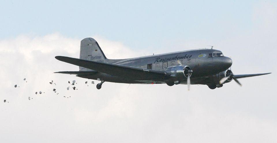 Rosinenbomber: Während der Berlin-Blockade haben sie über 20 Tausend Tonnen Süßigkeiten über dem Westen der Stadt verteilt