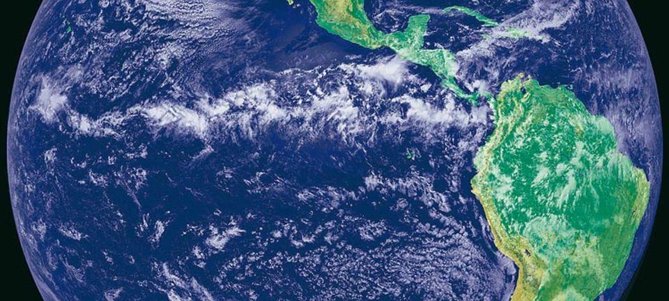 Deutlich sichtbar ist der äquatoriale Regenring. Früher berührte er auch die Galápagos-Inseln rechts der Bildmitte, eine heute aride Region