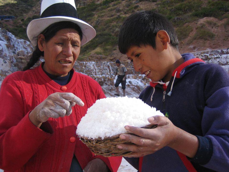 Emilia Atapaucar erklärt ihrem Sohn Jonathan die verschiedenen Qualitätsstufen von Salz