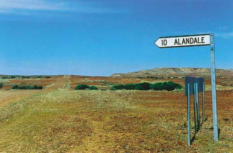 """Beruf: Eine holprige Schotterpiste führt zehn Meilen weit zur """"Alandale Station"""". Wer im Outback vorankommen will, braucht ein Auto mit Allradantrieb, denn Asphaltstraßen sind selten"""