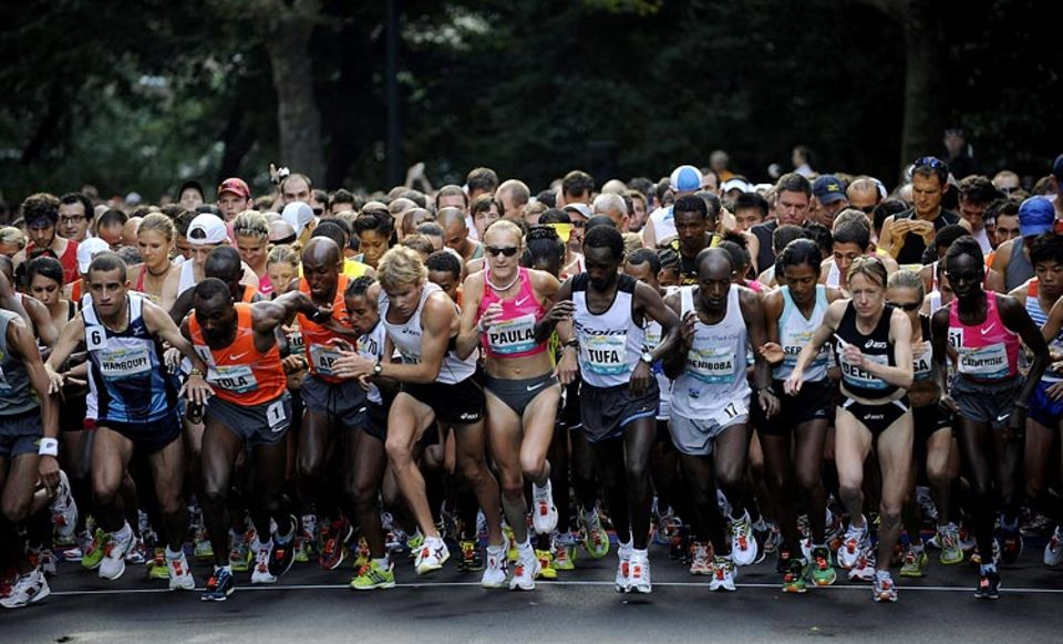 Zu den beliebtesten Laufstrecken gehört der New York City Marathon: Selbst abgehärtete Athleten sind gerührt, wenn mehr als 2,5 Millionen Menschen an der Strecke stehen und ihnen zujubeln
