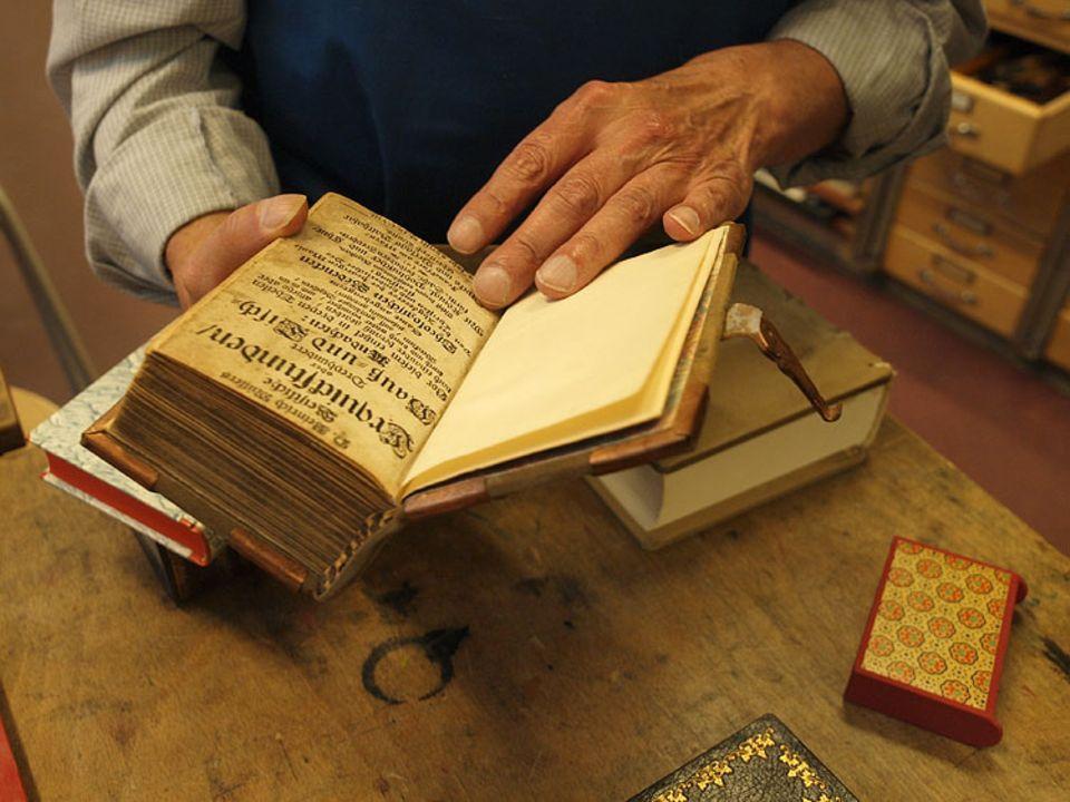 Beruf: Wahre Raritäten: Manche der Bücher sind hunderte von Jahren alt.
