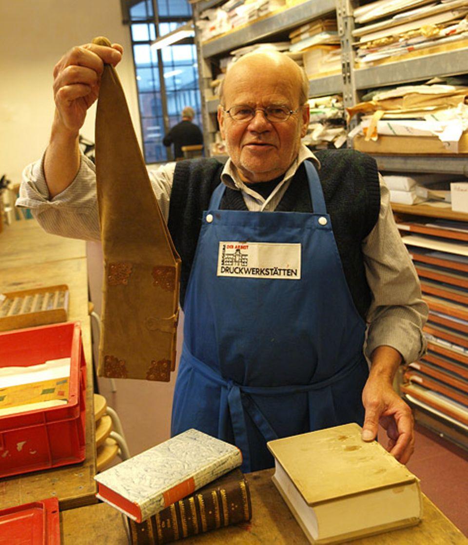 Beruf: Buchbinder Reinhard Hauswirth (70) in seiner Werkstatt.