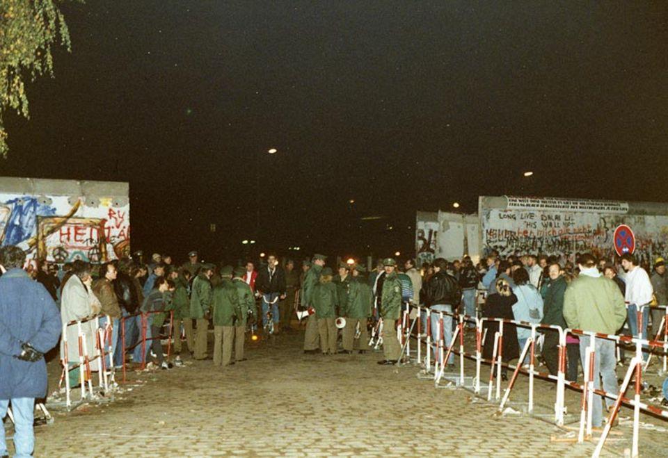 Menschenmassen versammeln sich am 9. November 1989 an der Berliner Mauer
