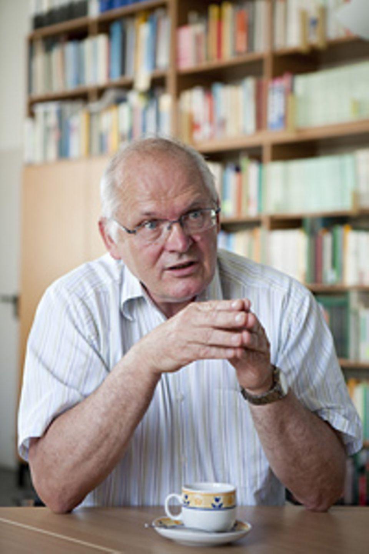 """Die ideale Schule: Rainer Lehmann, 65, ist Professor für Bildungsforschung an der Humboldt-Universität Berlin. Er hat die """"Element""""-Studie verfasst, die Leistungen von Kindern an vier- und sechsjährigen Grundschulen vergleicht"""