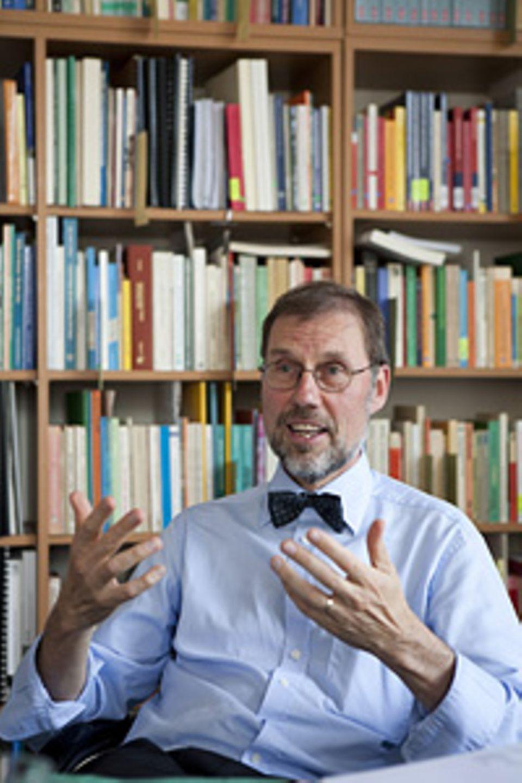 """Die ideale Schule: Hans Brügelmann, 62, ist Professor für Erziehungswissenschaften an der Universität Siegen. Er ist Mitinitiator der Gruppe """"Blick über den Zaun"""", eines Verbundes reformpädagogisch engagierter Schulen"""