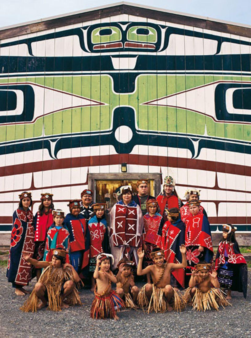 Eingebettet in Ozean und Wildnis: Nördlich von Vancouver leben die Indianerin Andrea Cranmer (Mitte) und ihre Tanzgruppe im Reservat Alert Bay