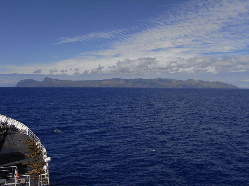 RMS St. Helena ankert vor der einsamen Insel