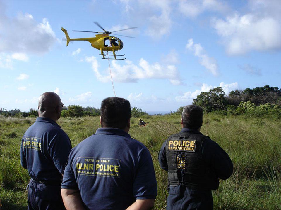 Randy Awo und seine Einsatzleiter beobachten die laufende Mission von der Landezone am Waldrand aus