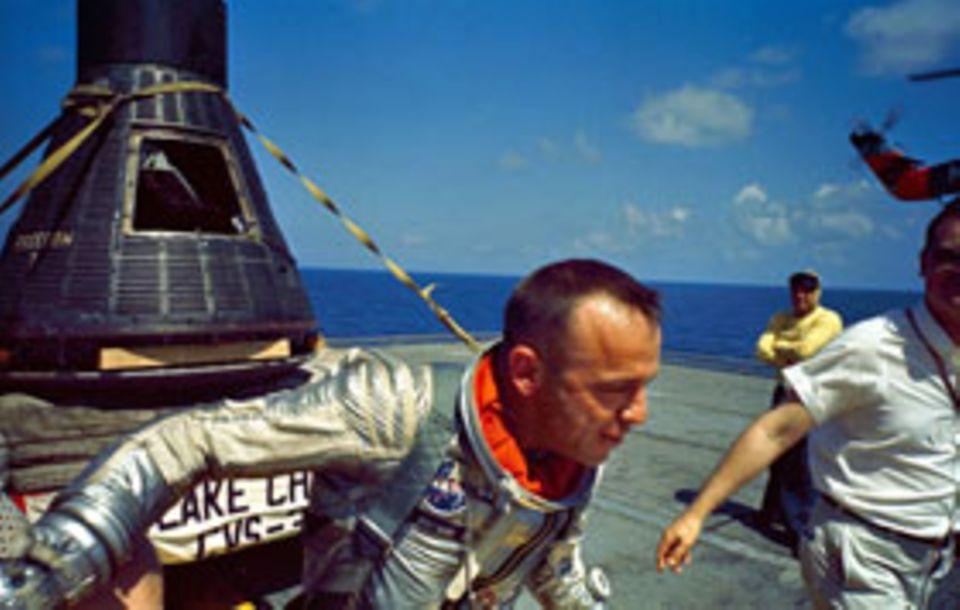 Glückliches Ende des 15-minütigen Parabelfluges vom 5. Mai 1961 : Kurz nach der Landung verlässt Alan Shepard unversehrt die Raumkapsel