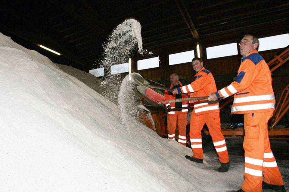 Tausende Tonnen Salz füllen die Lager der Straßenmeistereien. Dort soll es bleiben, fordern Umweltschützer