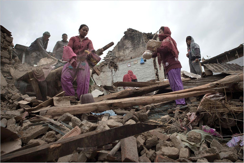 Erdbeben: Nach dem Beben in Nepal suchen Einwohner in den Trümmern ihrer Häuser nach den Resten ihres Hab und Guts. Viele haben bei dem Erdbeben alles verloren, sind aber dennoch dankbar mit dem Leben davon gekommen zu sein