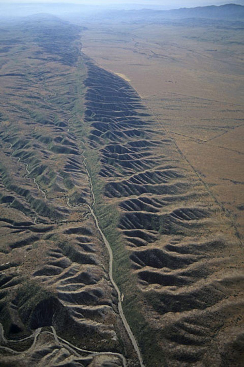 Erdbeben: Die San-Andreas-Verwerfung verläuft von Mexiko bis nach San Francisco an der Amerikanischen Westküste entlang - über 1100 Kilometer! Sie ist eine der wenigen Plattengrenzen, die an Land verlaufen – die meisten ziehen sich durch die Meeresböden