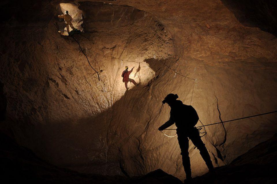Eine Stunde für ein Bild: Speleologen leuchten einen Teil des Riesendings aus, Deutschlands tiefster Höhle
