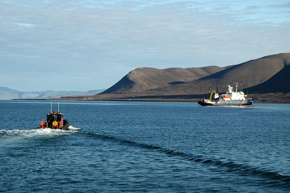 """Das russische Expeditionsschiff """"Schukalski"""" liegt im Adventsfjord auf Reede und wird mit einem Speedboot der Hafenmeisterei von Port-Longyear angefahren. Gäste auf dem Boot sind neue Besatzungsmitglieder und ein Hafenlotse, die die Crew der """"Schukalski"""" vervollständigen werden"""