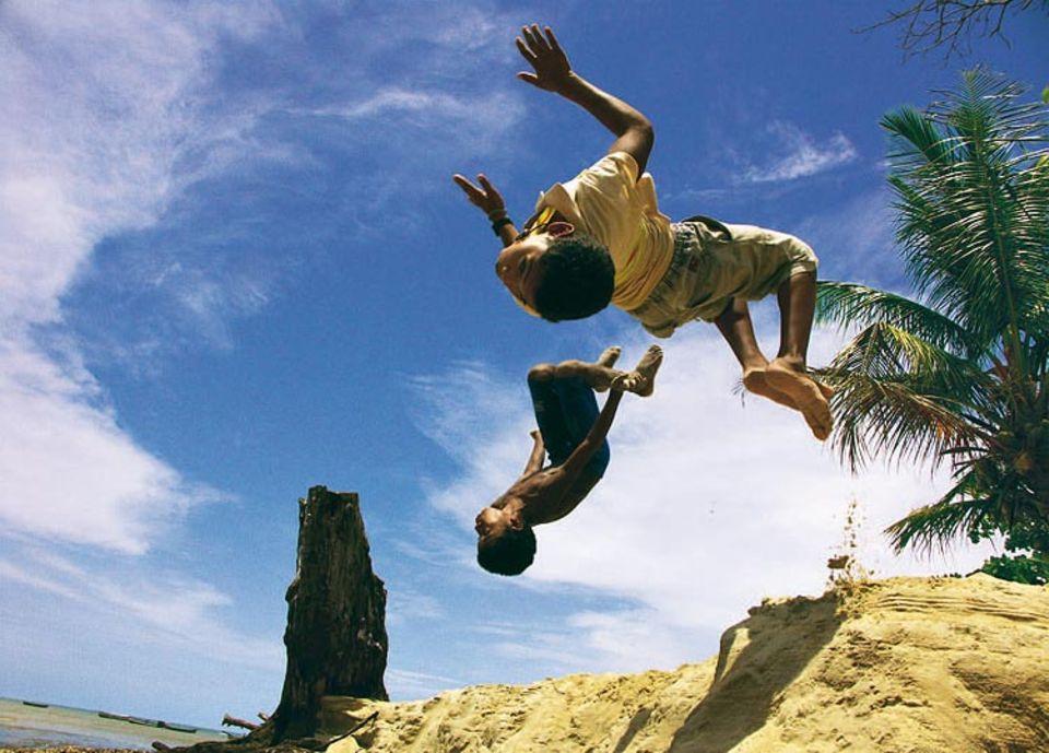 """""""Diese Kinder waren absolut fantastisch"""", schreibt uns GEO-Leser Steve Zeidler aus Werchow: Rund 100-mal sprangen die kleinen Akrobaten am Strand von Cumuruxatiba im brasilianischen Bundesstaat Bahia Salti für den Fotografen, bis ihm diese Aufnahme gelang. Und anschließend? Wollten die beiden am liebsten noch weiter für die Kamera vorturnen. Mit diesem Bild hat Zeidler den Online-Wettbewerb auf GEO.de im Februar gewonnen."""