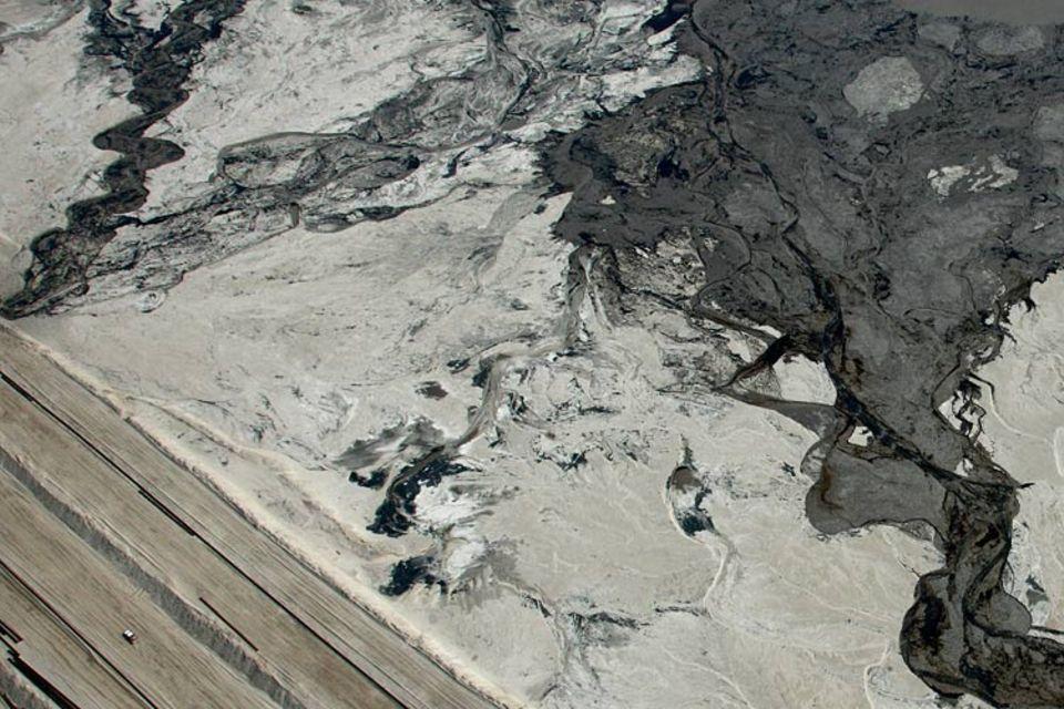 Ein Truck passiert einen der riesigen Giftschlammsee bei Fort McMurray. Seen wie dieser sollen die Endlager für toxischen Schlamm sein