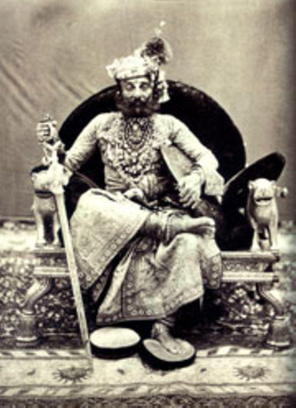 Indien: Mit Schwert und Schild demonstriert der Maharadscha Takht Singh von Jodhpur Kraft und Männlichkeit