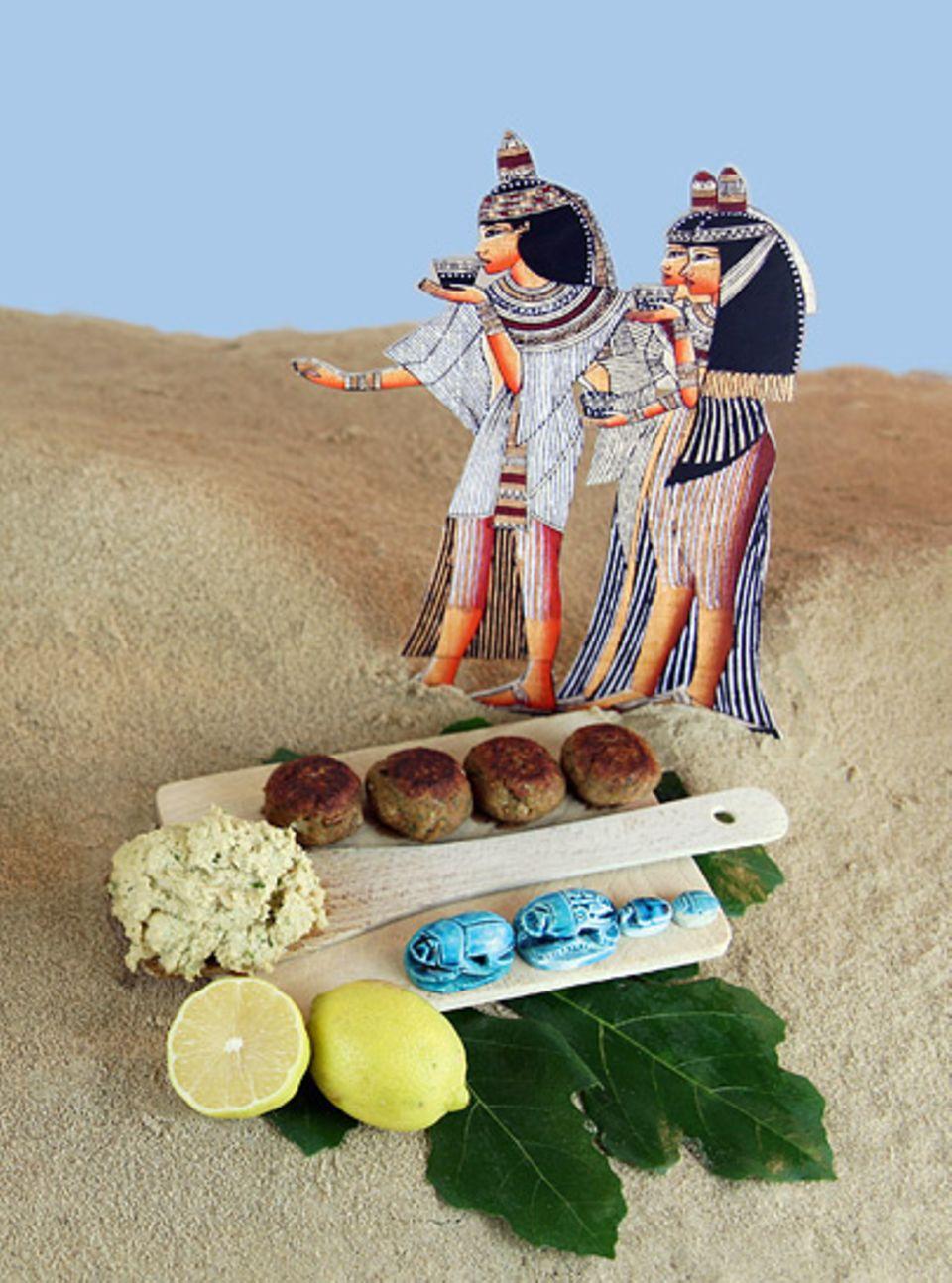 Kochen: Ta'amia (Fleischbällchen, auch bekannt als Falafel) und Tarator-Sauce (links)