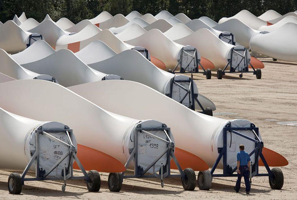 Im Freilager der Vestas Blades Deutschland GmbH warten Rotorblaetter versandfertig auf die Auslieferung durch Schwerlasttransporter
