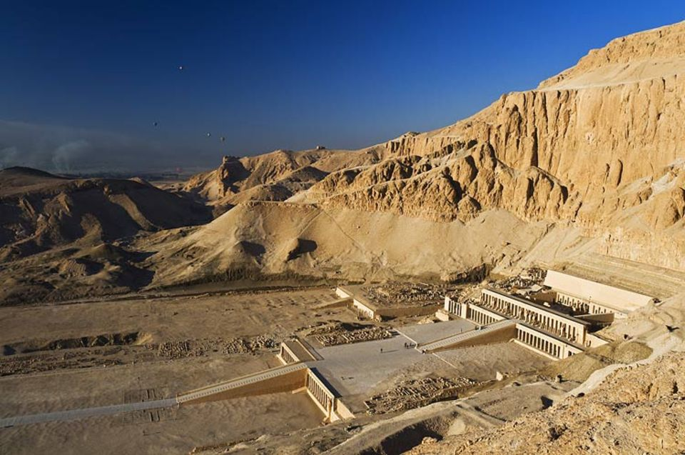 Ägypten: Ein Haus für alle Ewigkeit: Noch zu Lebzeiten baut Hatschepsut ihren Totentempel am westlichen Nilufer von Theben. Das Bauwerk gleicht einer gigantischen Treppe, über die sie ins Jeseits aufsteigen will