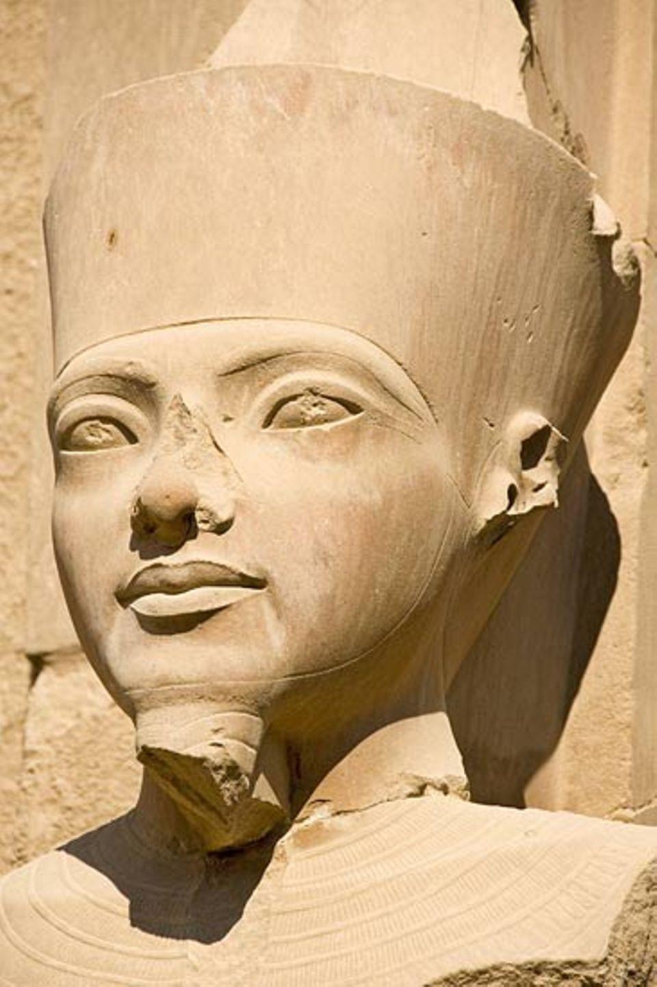 Ägypten: Statue der Königin Hatschepsut in der Tempelanlage Karnak (Luxor, Ägypten)