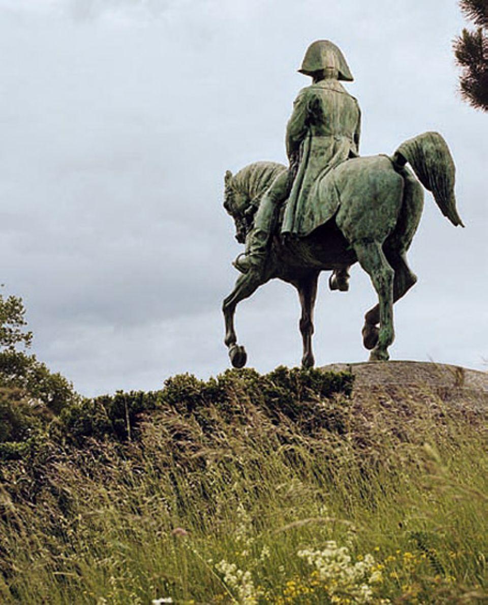 Bei Laffrey ritt der Feldherr allein den königstreuen Truppen entgegen. Eine Reiterstatue erinnert an die heikle Begegnung
