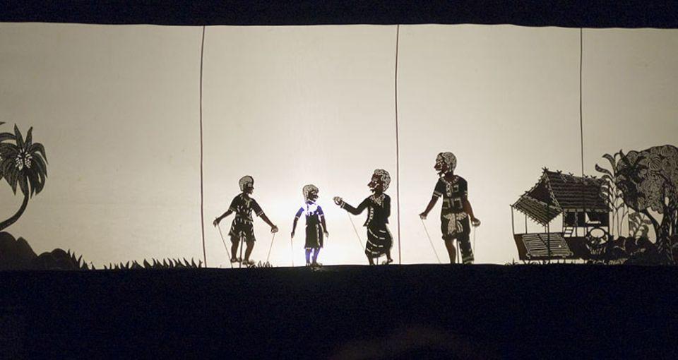 Die Schattenfiguren werden aus zartem Büffelleder ausgestanzt
