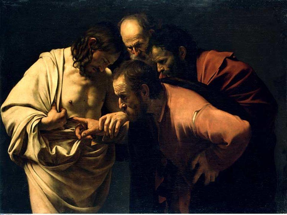 """Erst wenn er den Finger in die Wunde an dessen Seite gelegt habe, will der Apostel Thomas glauben, dass Jesus tatsächlich auferstanden ist. Caravaggio malt diese Szene aus dem Johannesevangelium in schonungslosem Realismus - und prangert damit den Betrachter des Bildes an. Denn auch dieser schaut ja hin, während Christus diejenigen für selig erklärt, """"die nicht sehen und doch glauben"""""""
