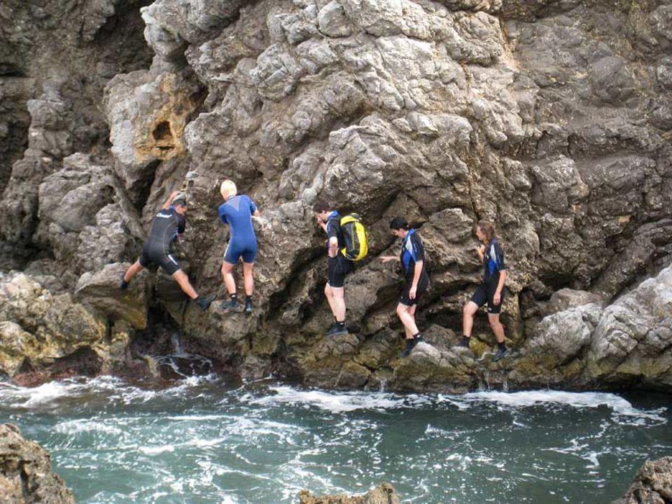 Immer an der Wand lang: Beim Coastering hangelt man sich an den Klippen über dem Wasser entlang