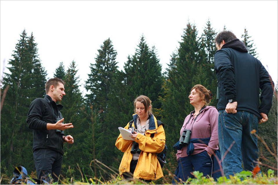 Voll bei der Sache: Die Wandertruppe lauscht den Erklärungen des Nature Watch Guides