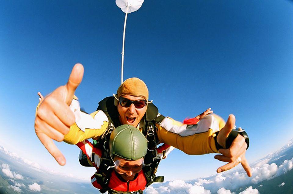 Kick über den Wolken: Tandem-Sprung aus luftiger Höhe