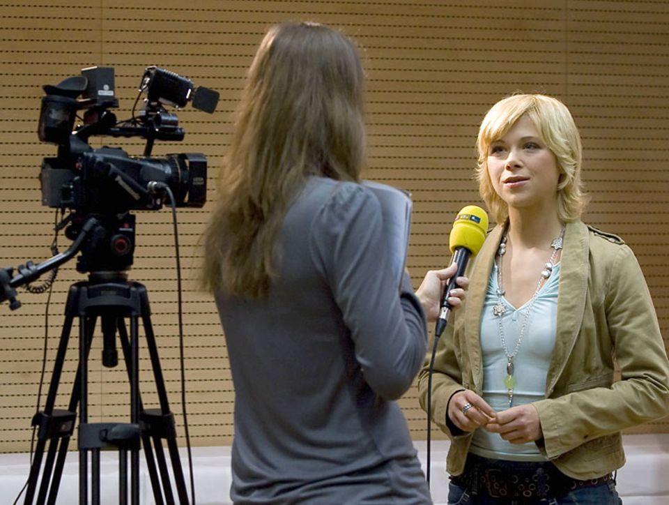 Beruf: Bekannte Persönlichkeiten zu interviewen - wie hier Eiskunstläuferin Tanja Szewczenko - ist nur ein Teil journalistischer Arbeit