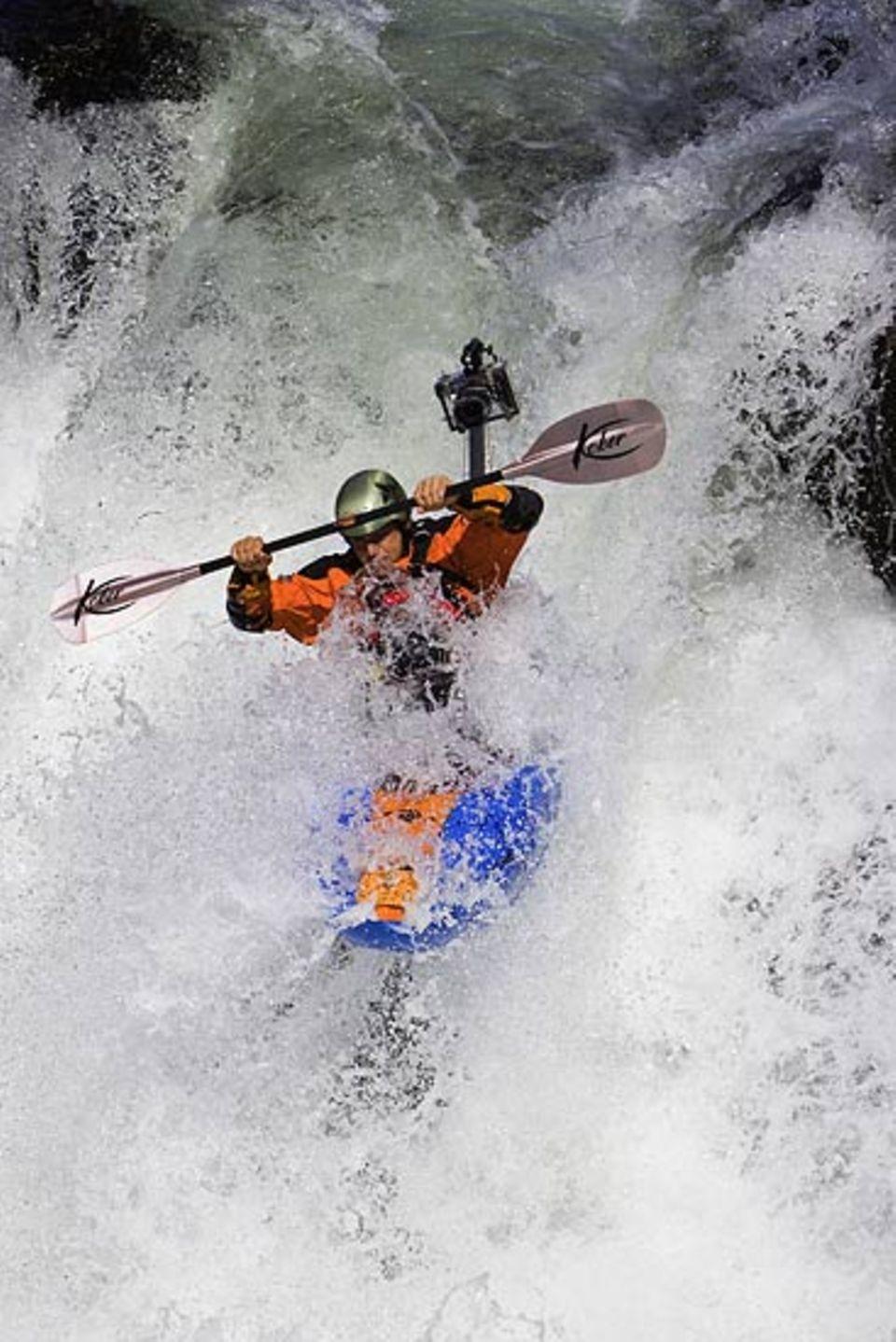 Im Wildwasser muss Peter Tümmers mit seinem Körper das Kajak in der Balance halten und gleichzeitig mit dem Paddel steuern - während er im Kopf schon die nächste Aktion plant
