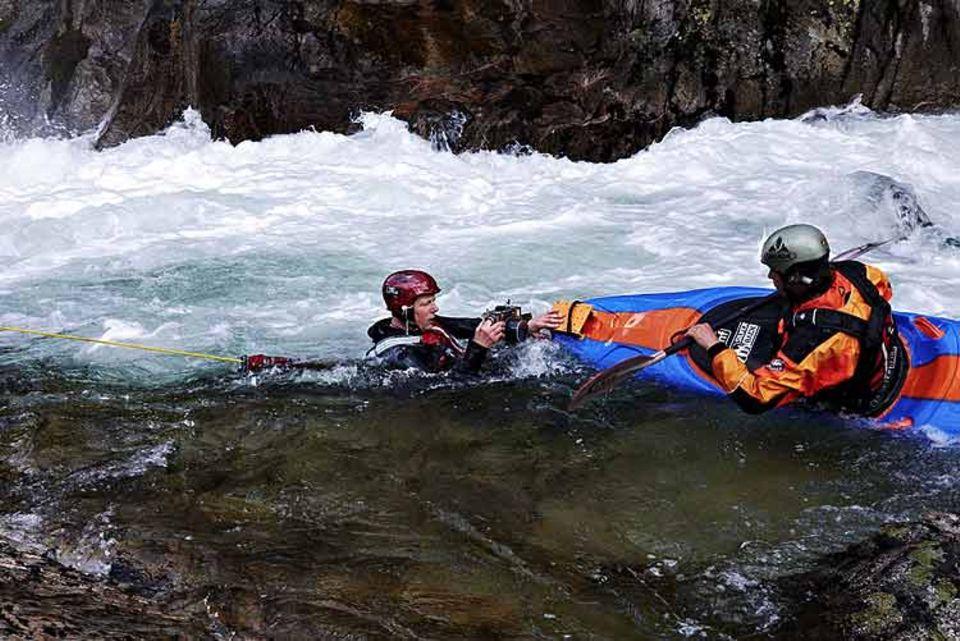 Fotograf Heiner Müller-Elsner (links) musste mehrfach mit ins reißende Wasser des Rio Vez, um die beste Position für eine Aufnahme zu finden; die Bugkamera bediente er per Fernauslöser