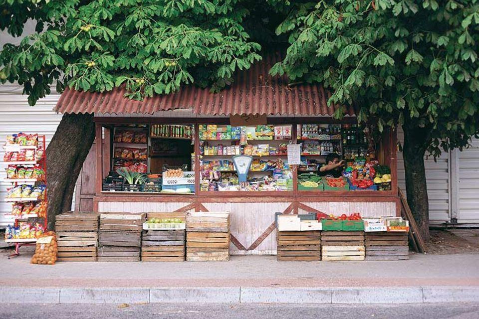 Bonbons, Tomaten oder eine kaltes Piwo: Der Kiosk unter den Kastanien von Leba macht Strandbummler froh. Zur Ostsee sind es nur ein paar Schritte