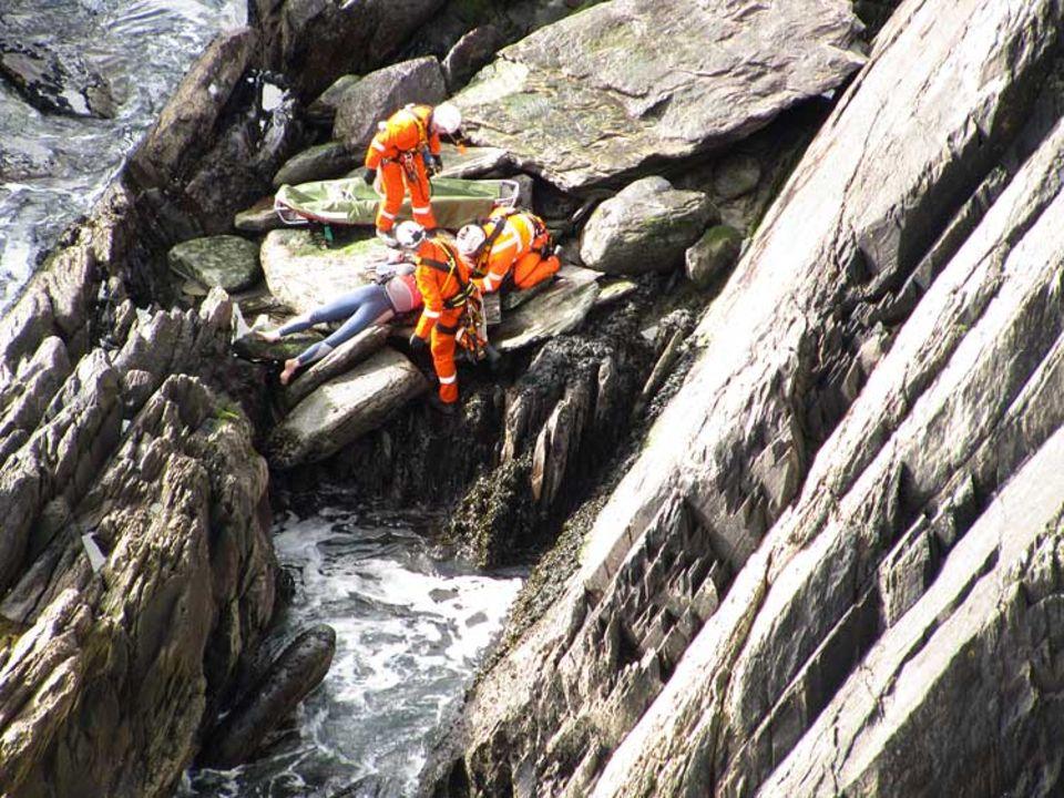 Bergung eines Verletzen bei den Klippen von Cumeenole