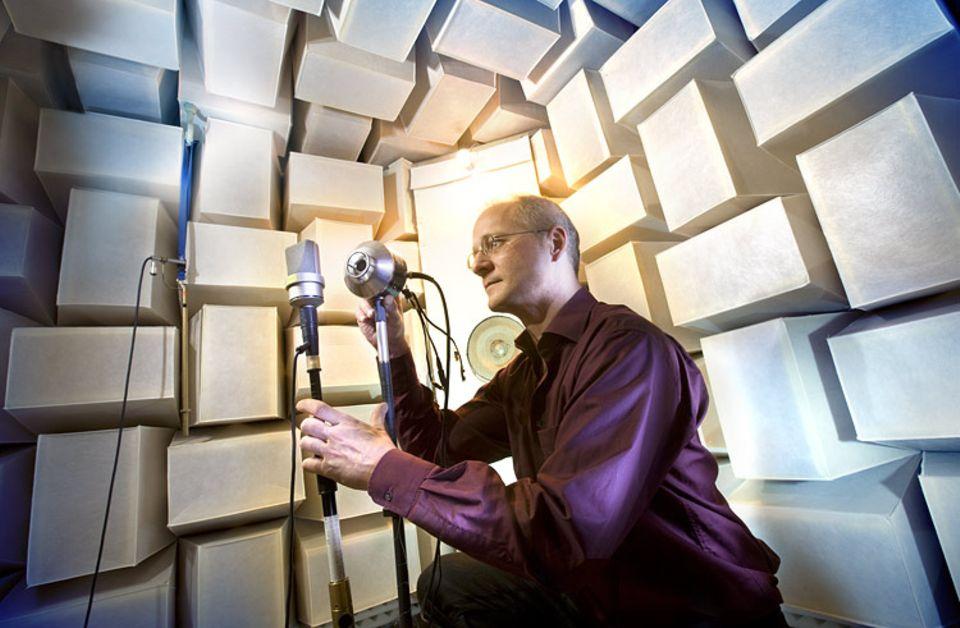 In Mineralwollklötze gebettet: Im schalltoten Raum werfen die Wänd, so dass der reine Klang überprüft werden kann