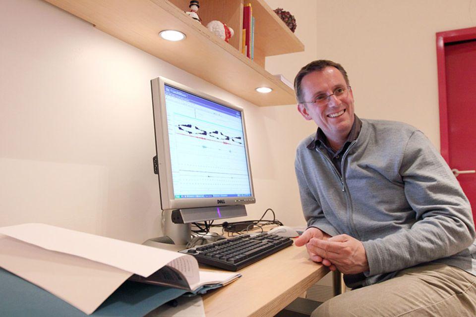 Forschung: Dr. Hilmar Uhlig beschäftigt sich seit vielen Jahren mit Schlafstörungen. Am Computer wertet er die Schlafprofile seiner Patienten aus