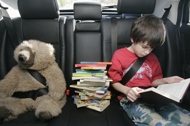 Mit Kindern im Auto: Wann sind wir endlich da? Wer diese Frage vermeiden will, muss gut vorbereitet sein