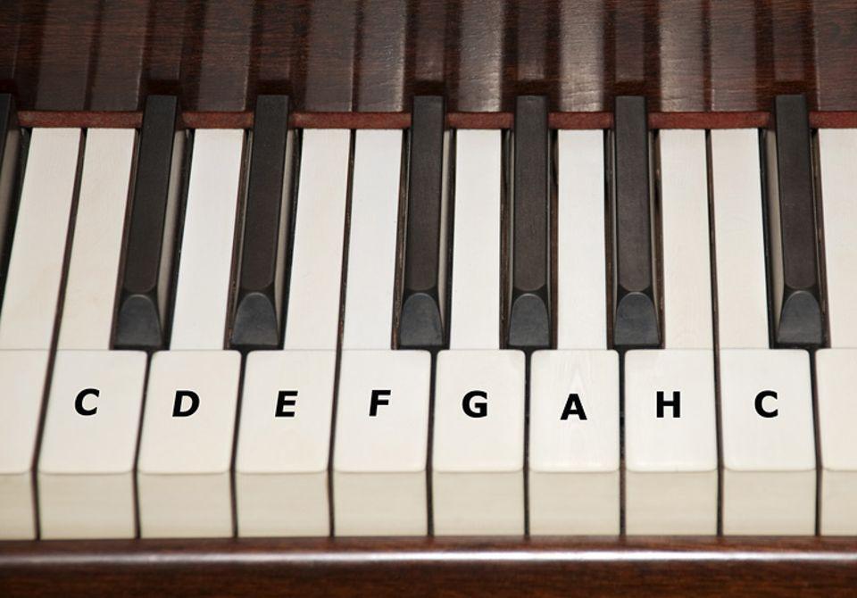 Technik: Auf dem normalen Klavier wird die C-Dur-Tonleiter mit der rechten Hand gespielt - von links nach rechts
