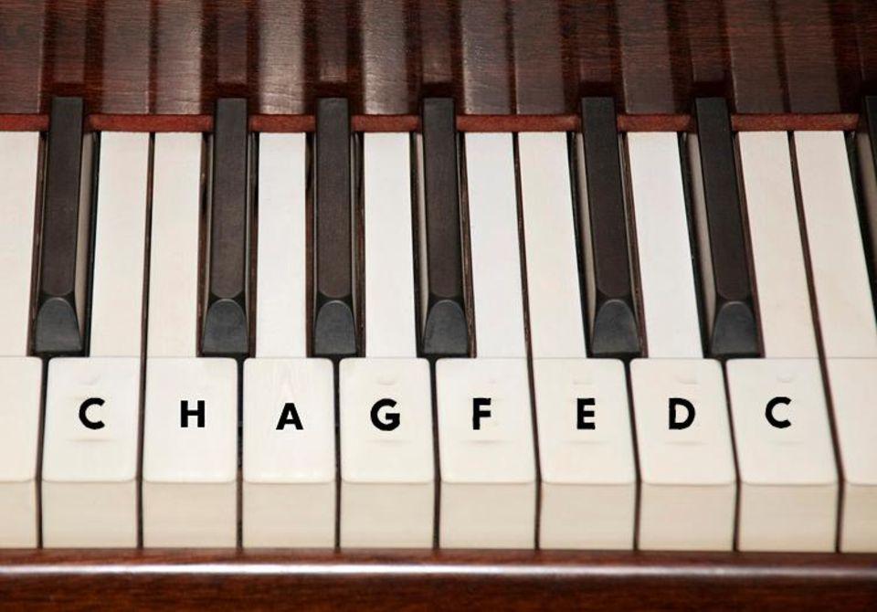 Technik: Auf der Linkshänder-Tastatur wird von rechts nach links gespielt. Außerdem verschieben sich die einzelnen Töne, deshalb sieht die Tonleiter hier anders aus