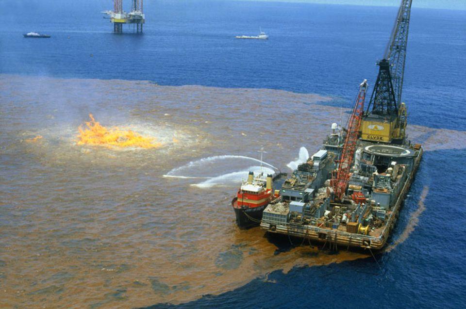 Experten versuchen, den brennenden Ölteppich zu löschen