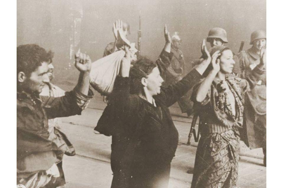 Warschauer Ghetto: Mit vorgehaltener Waffe führen SS-Männer jüdische Familien währen des Aufstands im Warschauer Ghetto ab. Die Widerständler haben den Deutschen wenig entgegenzusetzen. Dennoch gelingt es ihnen, den Besatzern empfindliche Verluste zuzufügen