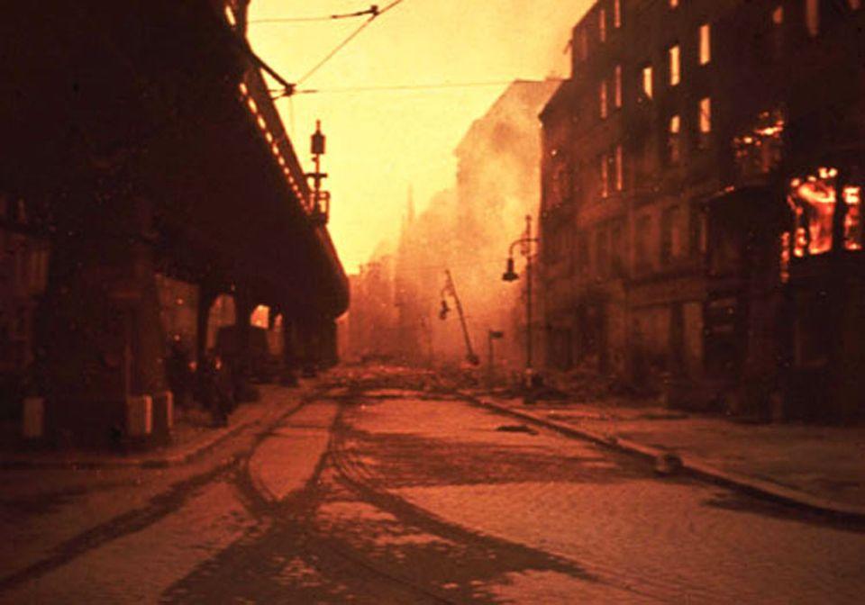 Binnen kürzester Zeit stehen am 28. Juli Wohnblocks mit einer Straßenfront von 215 Kilometer Länge in Flammen. Die Feuersbrunst saugt Luft in riesigen Mengen an und erzeugt so einen tödlichen Sturm: Mit Orkangeschwindigkeiten peitschen Glutwinde über das Pflaster